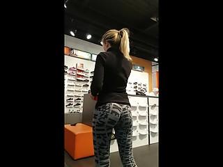Blonde bubble butt in leggings